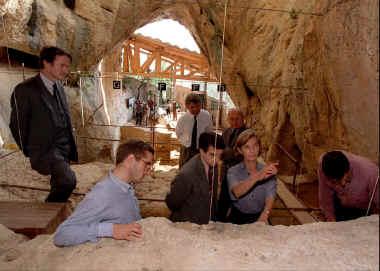 Le tourisme souterrain représente chaque année une manne de 5,5 millions de visiteurs qui se rendent comme ici à la grotte de la Caune. (Photo AFP)